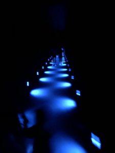 青いライティングの廊下